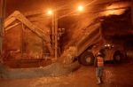 Alat pemecah batu di DOZ. Setelah dibelah menjadi ukuran yang memungkinkan, batu bijih diangkut menggunakan ban berjalan (conveyor)