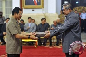 Penyerahan DIPA :Presiden Susilo Bambang Yudhoyono (kanan) menyerahkan Daftar Isian Pelaksanaan Anggaran (DIPA) tahun 2013 kepada Menteri Dalam Negeri Gamawan Fauzi (kiri) di Istana Negara , Jakarta, Senin (10/12). Alokasi belanja negara dalam APBN 2013 sebesar Rp 1.683 triliun terdiri atas tiga kelompok besar yaitu belanja kementerian/lembaga (K/L) sebesar Rp 594,6 triliun, belanja non K/L Rp 559,8 triliun dan transfer ke daerah sebesar Rp 528,6 triliun. (FOTO ANTARA/Prasetyo Utomo)